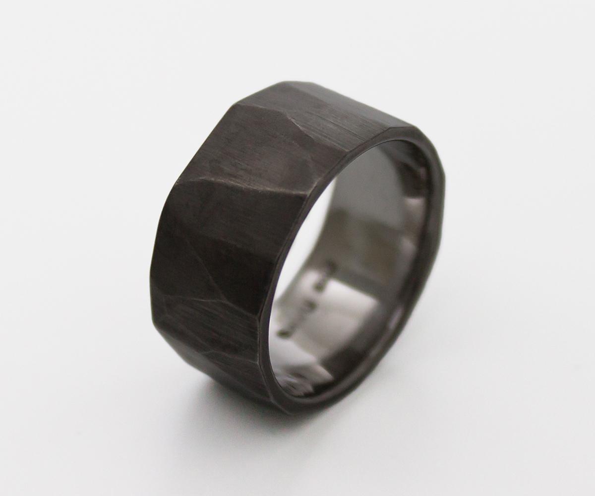 musta kulta sormus